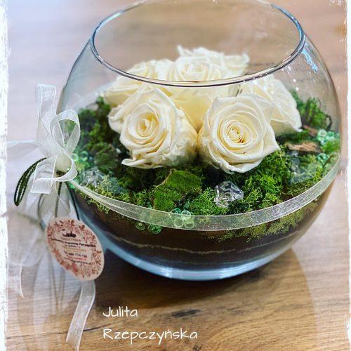 kompozycja w szkle z wiecznymi różami